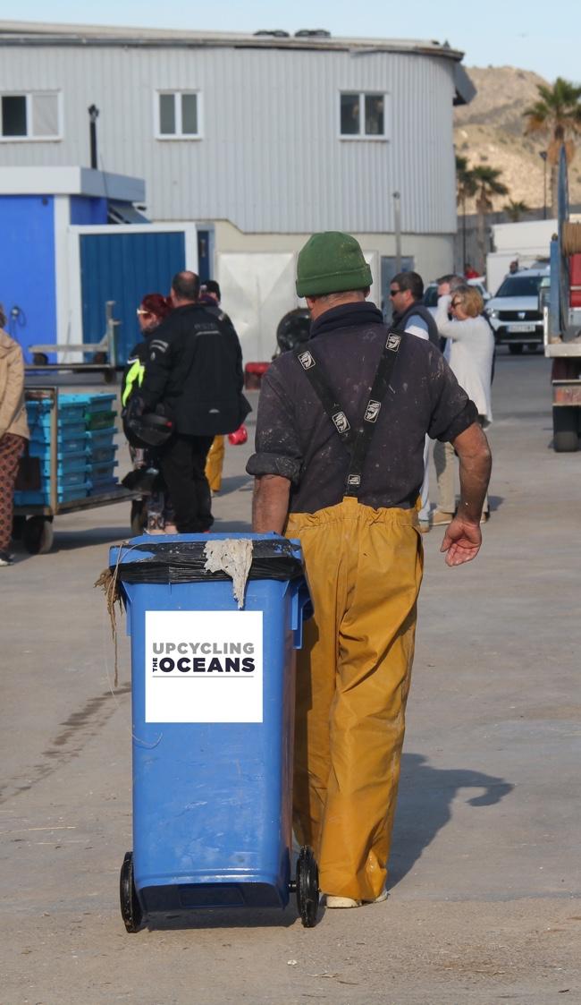 Pescador con contenedor de plásticos